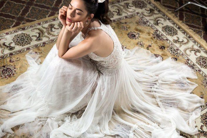 שמלת כלה נינה בגזרת קולר, לומית ומשלבת אלמנטים מגוונים של רקמות בעבודת יד, שילוב של סוגי בדים, משחקי שקיפויות שיוצרים עושר ועם זאת קלילות ותחושת ריחוף