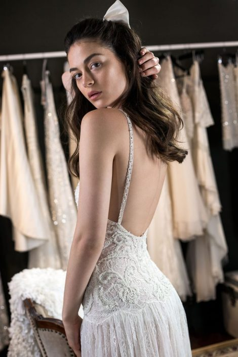 """שמלת כלה """"סקארלט"""" חושפת את מה שצריך שילוב של מספר תחרות היוצרות משחק של שקיפויות , ריקמה ייחודית בעבודה יד שיוצרת בד עשיר במיוחד"""