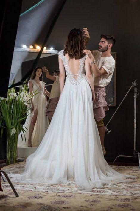 שמלת כלה מלכותית, רקמה ייחודית של סברובסקי חרוזים ופנינים, גזרה על זמנית - מוצמדת במותן ומתרחבת, שיפון נשפך שילוב תחרה גב פתוח מחשוף עמוק כותפות קטנות